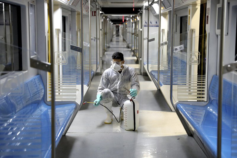 伊朗過去24小時新增295例新冠肺炎確診,9人死亡。圖為工作人員於伊朗地鐵消毒。 美聯社