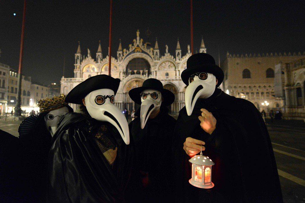 專家指出,人們面對危機除了會感到恐懼,也會以幽默的方式應對。義大利威尼斯的表演團...