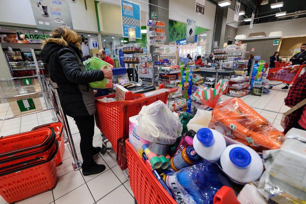 面對可能因疫情而被封城的恐懼,有的民眾忙著囤積物資應對。(歐新社)