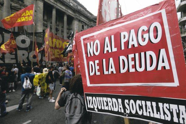 近年來阿根廷等國債市出現較大動盪,經理人表示,新興高收債雖息收較高,但風險及匯率...