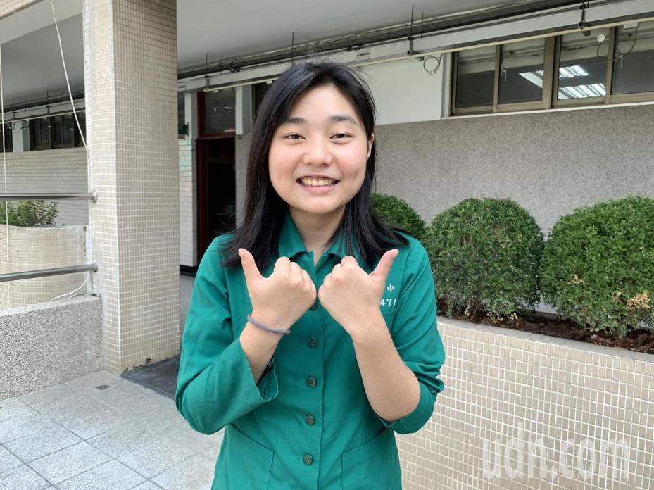 台中女中黃映潔高二升高三休學1年,到日本教育旅行,花半年拚學測4科考59級分,雖比同屆晚了一年上大學,她說出國交換學習獨立、精進日語,很值得。記者喻文玟/攝影