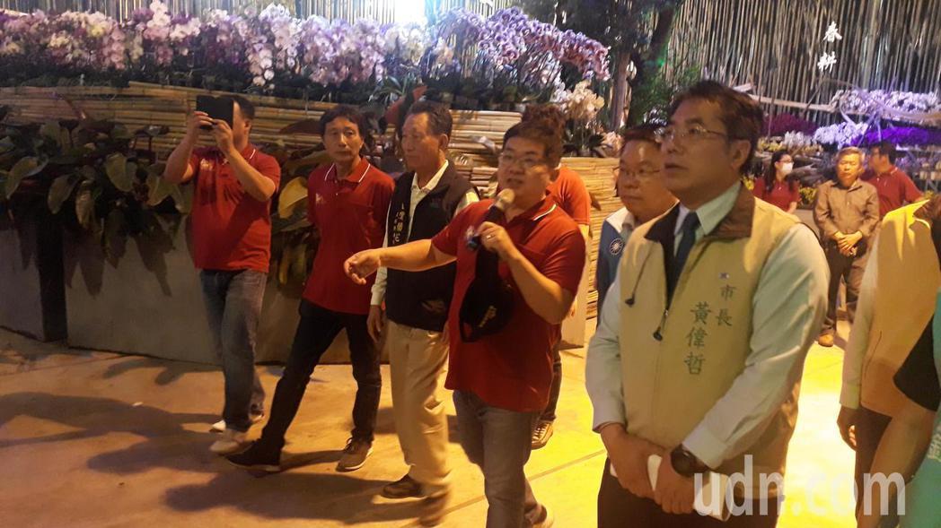 台南市長黃偉哲參觀國際蘭展會場,聽取業者心聲,強調會向中央爭取適當補償。記者周宗...