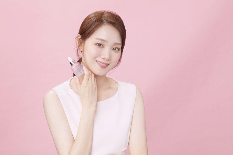 妝前精華不僅是底妝的好閨蜜,還有四大妙用,而這也是韓國新生代女神李聖經歐膩展現白裡透紅好膚質的新肌密。 圖/LANEIGE提供