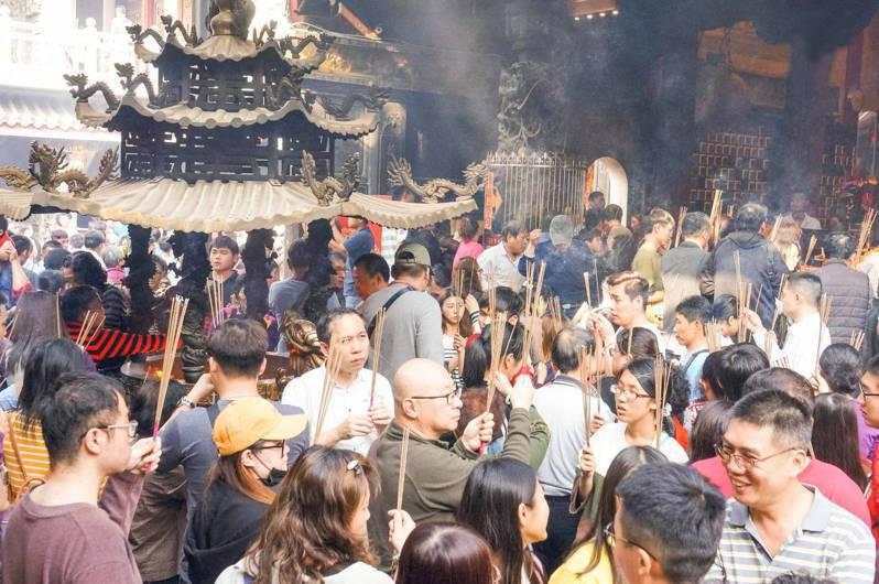龍山寺將禁香,北港武德宮認為不論佛教或道教,香是宗教膜拜重要的介質,不應停斷。圖/武德宮提供