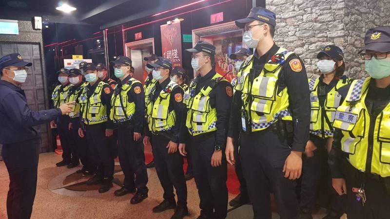 新北市海山警分局為防制街頭暴力,228連續假期期間在KTV及街頭路檢等各種臨檢場所實施臨檢,為求防疫,執勤全程所有員警都戴上口罩,讓員警和民眾都安全。圖/警方提供