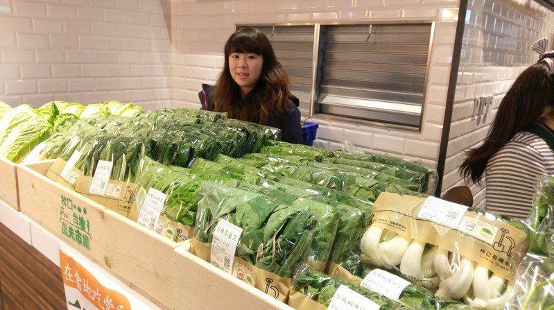 林口三井outlet從3月1日起,將有林口在地小農進駐商場,展售當地最新鮮的有機農產品,來血拚的民眾不要錯過,開幕當天消費滿額打卡免費送限量有機蔬菜。圖/新北市農業局提供