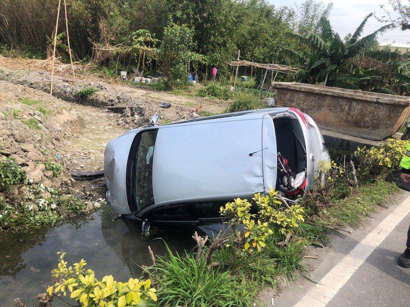 車輛左側翻覆造成車內3人受困,路過民眾見狀趕緊報警。記者陳弘逸/翻攝