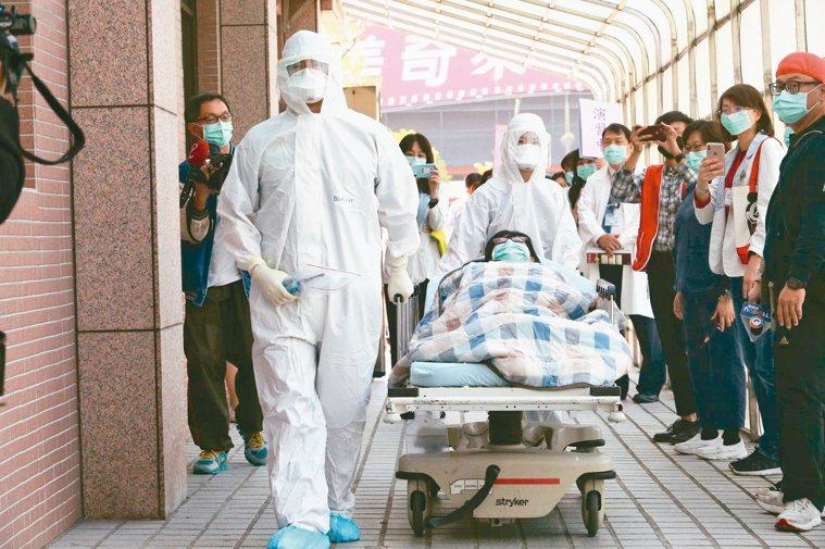 因應新冠肺炎,各醫院模擬後送流程。衛福部也提前部署緊急應變醫院,迎戰將來可能發生...