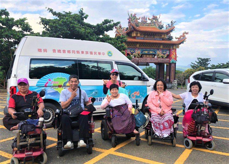 在新冠肺炎疫情發燒之際,大家都想外出透透氣,全年無休的旅遊復康巴士,成為身障者最貼心且搶手的交通旅遊工具,假日常預訂一空。圖/屏東縣政府提供