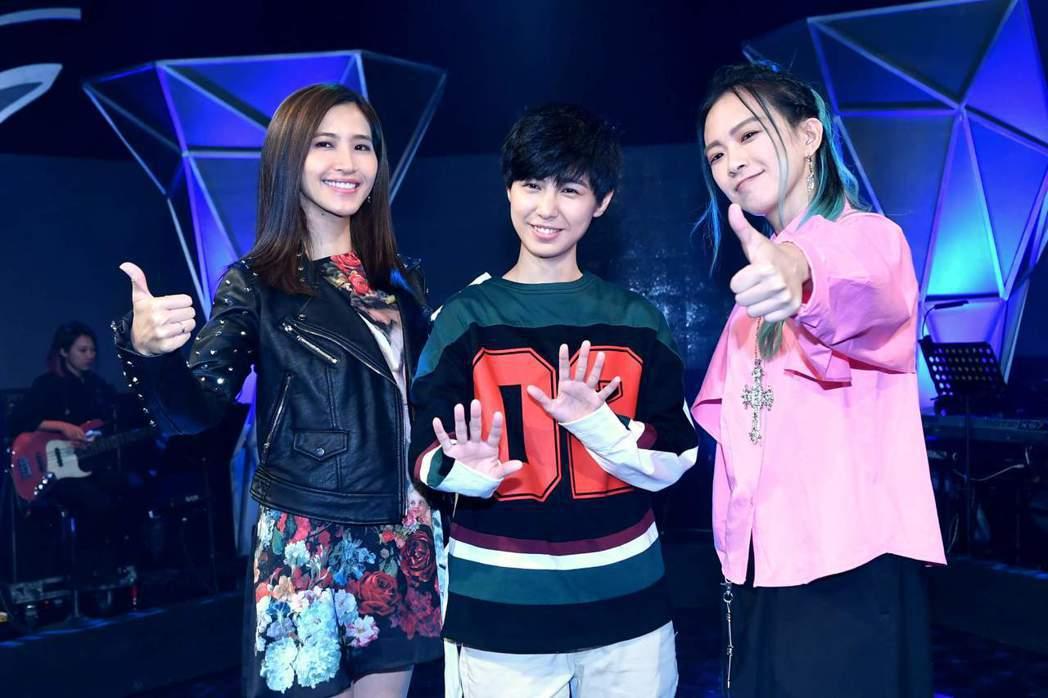 梁一貞(左起)、魏嘉瑩、張芸京同台飆歌。圖/華視提供