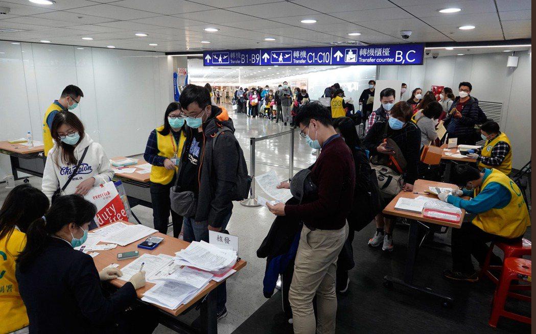 交通部自3月4日起,將以機場排班計程車、租賃車,提供居家檢疫者點對點交通服務,居...