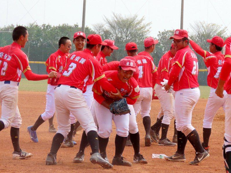 108學年度高中棒球聯賽木棒組,東大體中在延長賽以7:6擊敗大理高中,晉級四強創隊史紀錄。圖/學生棒球聯盟提供