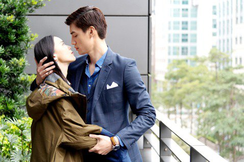 鍾瑶和羅宏正兩人在「跟鯊魚接吻」中第一次拍強吻戲,感受上並不是那麼浪漫,嘴巴都要一直緊緊閉著,本來以為第一次的吻就是霸王硬上弓,會有些尷尬,但因兩人都很專業,也非常專注在這場戲,因此完全不尷尬,反而...