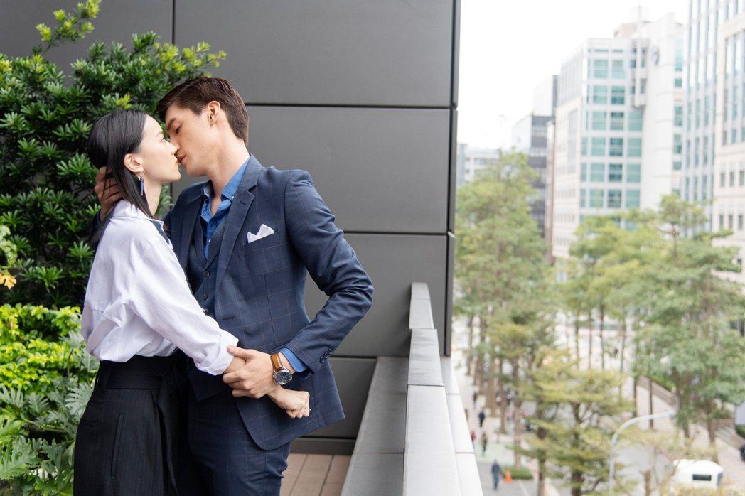 鍾瑶(左)和羅宏正拍吻戲。圖/三立提供