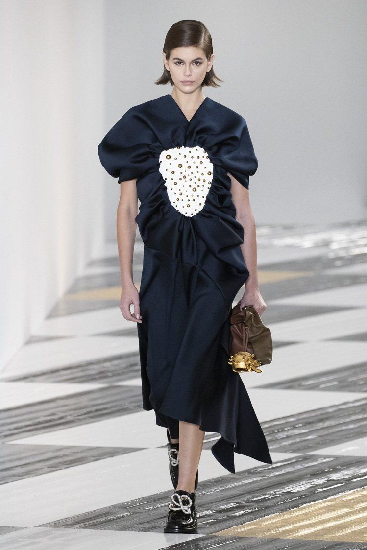 LOEWE本季與日本陶藝家Takuro Kuwata合作,將陶瓷與衣物或配件結合...