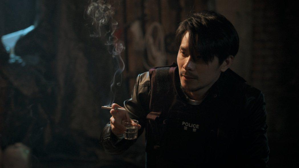 姚淳耀在戲中飾演資深社會記者,涉險與飾演炸彈客談判。圖/公視提供