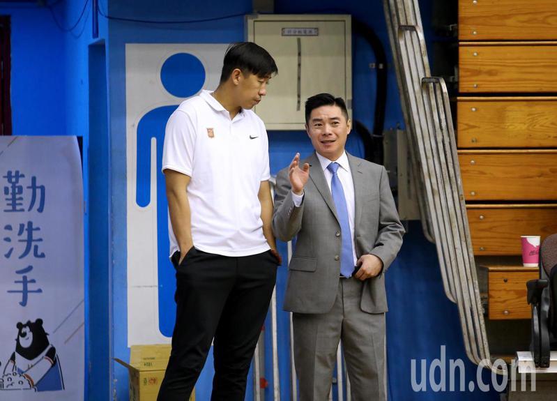 健行科大教頭劉孟竹(右)表示,當大部分年輕球員不願投入國內籃球最高殿堂的SBL時,將是非常嚴重的警訊。 聯合報系資料照