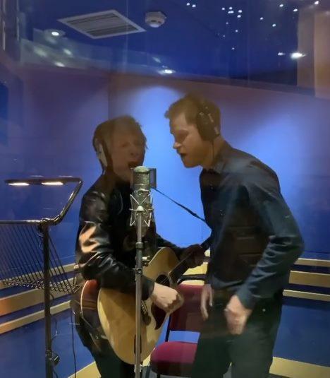 哈利王子與邦喬飛合唱。圖/摘自IG