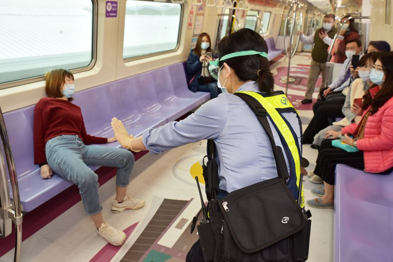 桃園機場捷運日前二度進行防疫演練,模擬出現疑似染疫旅客該如何處置。圖/桃園捷運公司提供