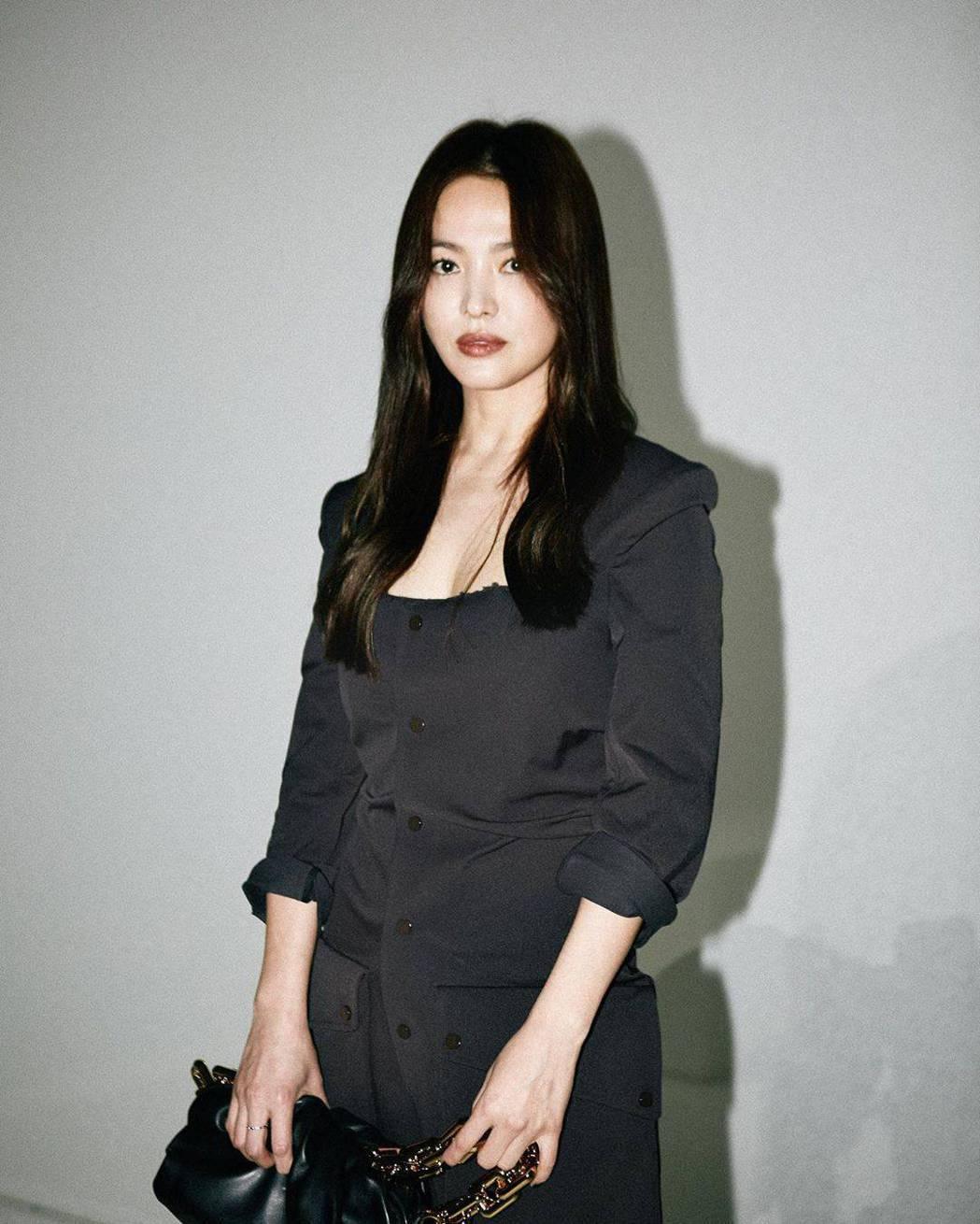 宋慧喬在米蘭時裝周的裝扮驚豔全場。圖/摘自IG