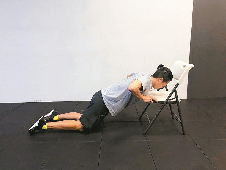 阻力訓練:利用椅子做伏地挺身,臂力不夠者可採跪姿,即膝蓋著地來做。 圖片提供╱光...