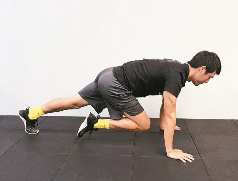 有氧運動:可以做登山者徒手訓練,即預備姿勢如標準伏地挺身,然後將膝蓋抬向胸口交替...