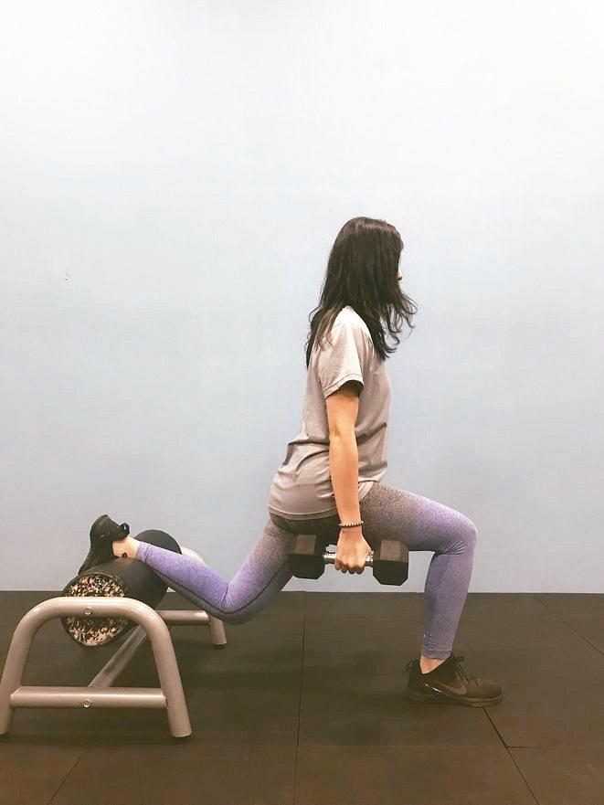 阻力訓練:分腿蹲,可以利用水罐增加強度與難度。 圖片提供╱光田綜合醫院骨科部醫師...