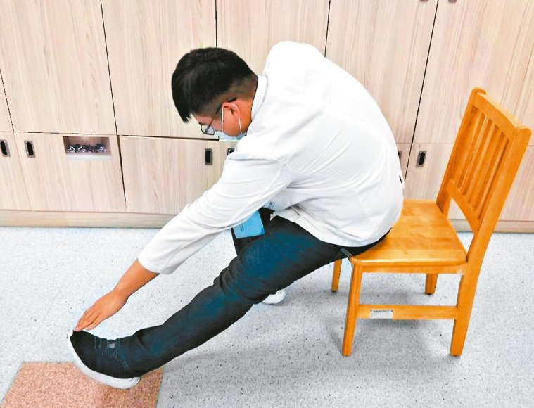 腿伸直手摸腳椅子往前坐1/3,一腳伸直踩地,翹起腳尖,再以手摸腳尖,再換腳做...