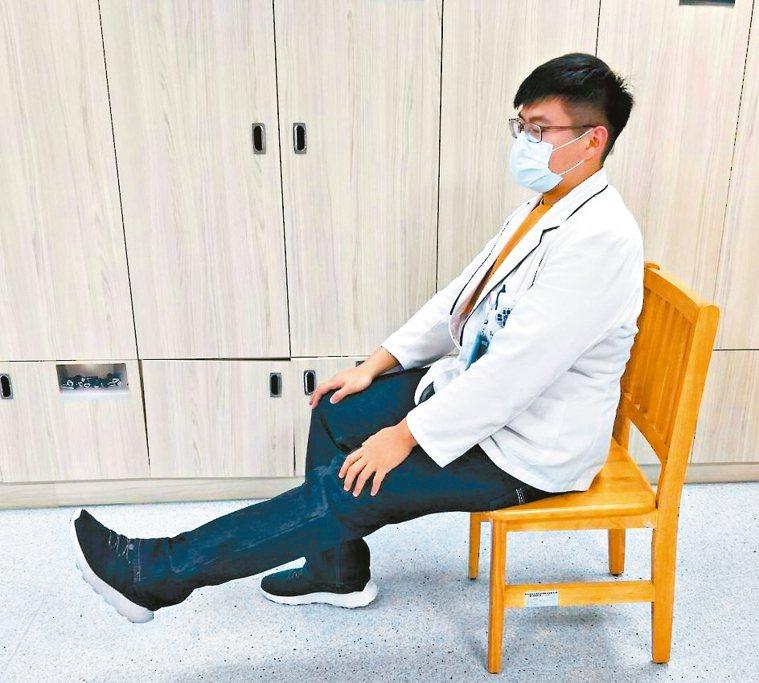坐著抬腿伸展椅子往前坐1/3,一腳踩地,膝蓋呈90度,然後打直抬腿,翹起腳尖...
