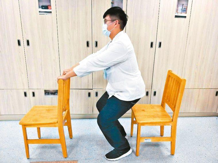 扶高背椅半蹲扶著高背椅站著,然後腰挺直半蹲,膝蓋彎曲角度不低於90度,再慢慢...