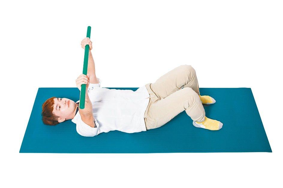 1.屈膝,雙腳打開與骨盆同寬,腳底平貼地面,兩 手舉向天花板,輕握住棍子,兩手間...