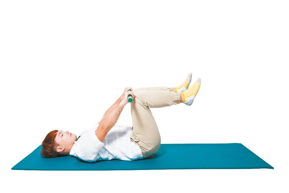 4.穩定住身體後,將右腳也慢慢抬高至膝蓋。 碰觸到棍子。兩側小腿與地面平行。...