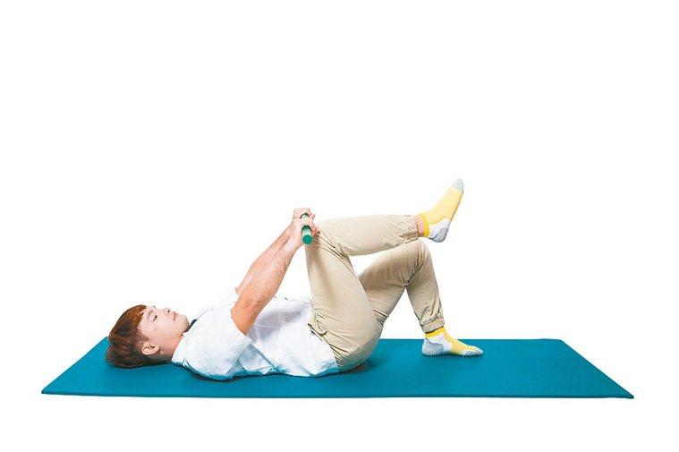 5.維持住身體穩定,將左腳慢慢放下。接著放下右腳,再將雙手回舉至頭頂。 圖/摘自...