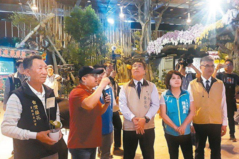 台南市長黃偉哲(前右三)昨天與新科立委賴惠員(前右二)參觀國際蘭展會場,聽取業者心聲,強調會向中央爭取適當補償。 記者周宗禎/攝影