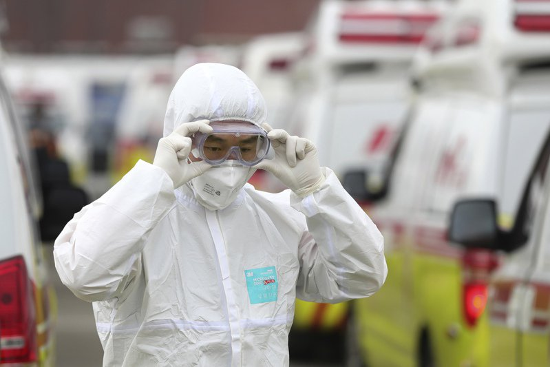 南韓新冠肺炎確診病例連日激增,導致病床數不足,南韓政府決定將病患依照病況嚴重程度分成四類,並給予相應的照護。 美聯社