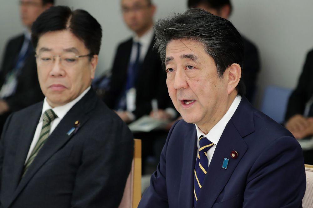 日本政府新冠肺炎防疫慢半拍惹民怨,首相安倍晉三(右)近期才終於拍板防疫方針。(法...