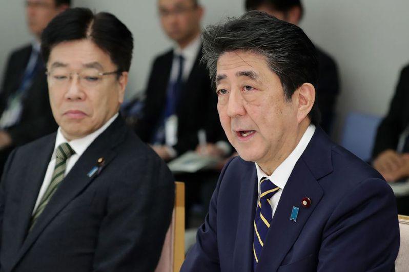 日本政府新冠肺炎防疫慢半拍惹民怨,首相安倍晉三(右)近期才終於拍板防疫方針。(法新社)
