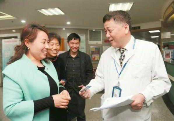 曾獲「中國醫師獎」的江學慶醫師(右),在抗疫中不幸染病去世。 (新浪微博照片)