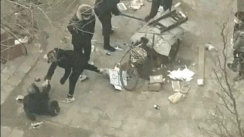 物業管理人員將老人推倒在地並拖行,引發眾怒。圖/影片截圖
