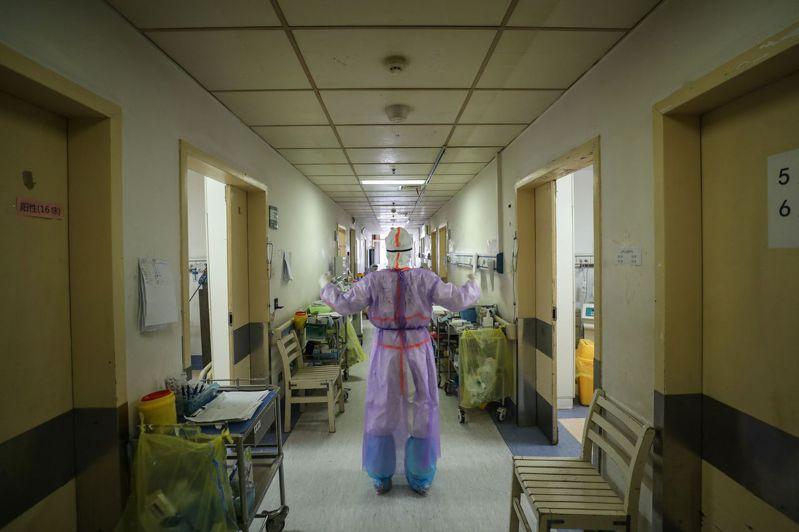 中國著名肺移植專家陳靜瑜團隊2月在無錫完成進行全球首例新型冠狀病毒肺炎患者的雙肺移植手術。 法新社