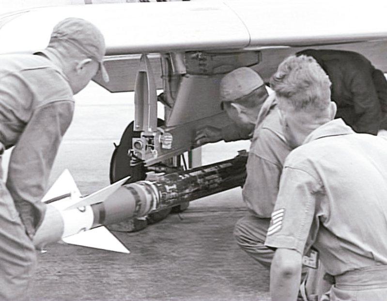 1958年,美軍協助在國軍F-86上裝置AIM-9B響尾蛇飛彈的掛架。 圖/空軍資料照