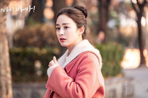 金泰希結婚生子後,睽違5年近來回歸演出韓劇《哈囉掰掰,我是鬼媽媽》,不過1日傳出有工作人員疑感染新冠肺炎(COVID-19),因此當天的拍攝行程已取消。據韓媒OSEN報導,「鬼媽媽」的拍攝劇組中有一...