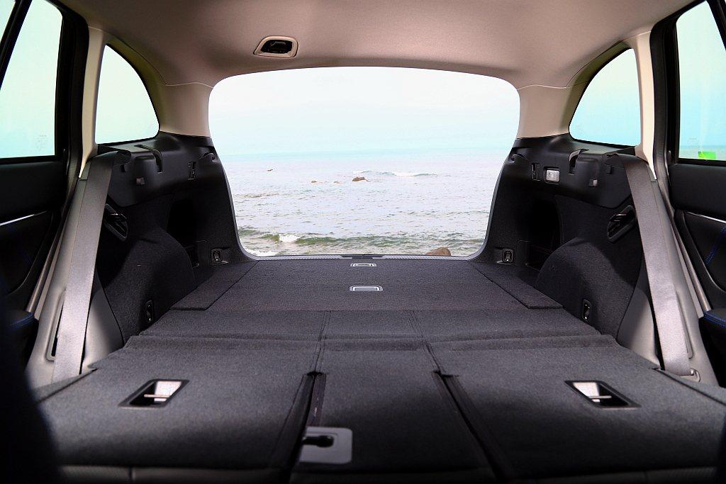 Subaru Levorg滿座下即擁有522L的後廂置物容量,若將第二排椅背打平...