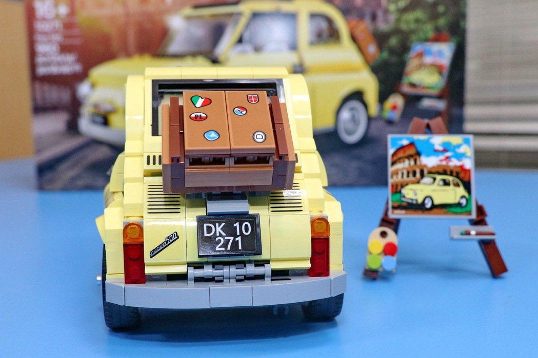 由960個零件組成的Fiat 500盒組,拼砌完成尺寸為長11cm、寬24cm及...