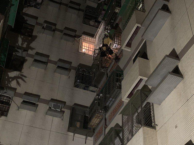 台中市西屯區國安一路今天凌晨傳出一名年約32歲女子,疑與丈夫口角,酒後從自家12樓陽台墜落4樓,消防隊以垂降的方式救出,女子送醫後無礙。圖/讀者提供