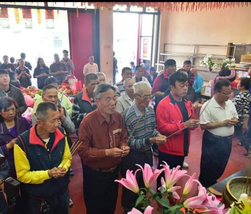 去年12月,台中梧棲大庄浩天宮廟方,擲筊請示媽祖時,已決定今天遶境延期。圖/浩天宮提供