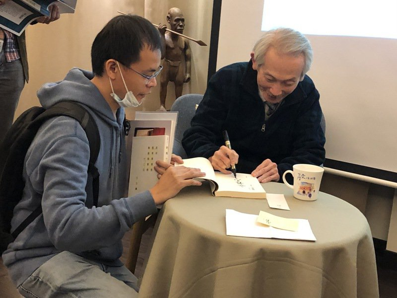 作家王文興新出版小說集《新舊十二文》,為書迷簽書。記者何定照/攝影