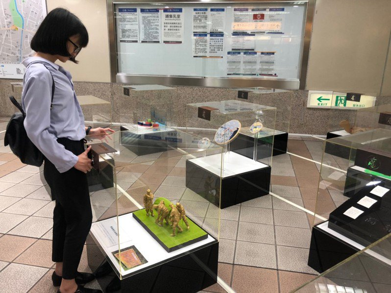 「打狗的15個故事」藝術燈飾作品展示於高捷大東站穿堂層。圖/高捷公司提供