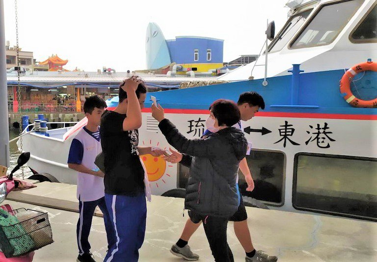 屏東縣政府要求客運和往返東港、小琉球交通船運輸業者實施乘客量測體溫,超過37.5度即拒載;琉球居民若有發燒或慢性病要搭交通船到本島就醫,將協調衛生局由救護船載送,短期內先載口罩在戶外空曠的甲板區安置。圖/屏東縣政府提供