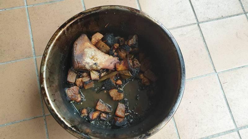 基隆市上午傳出民宅火警,消防人員到場後,一名老婦人端著一鍋燒焦的肉,急向消防員解釋是燉肉燒焦了,不是失火。記者邱瑞杰/翻攝